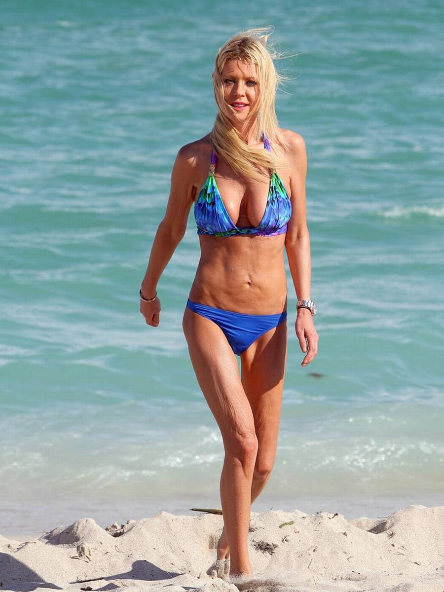 Tara Reid viser sig frem i vandkanten. (Foto: All Over Press)