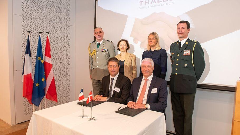 Принц Иоахим в полной форме вместе с, в частности, министром обороны Дании Трине Брамсен в связи с подписанием соглашения о военном сотрудничестве между Данией и Францией.  Пр-фото: Weibel
