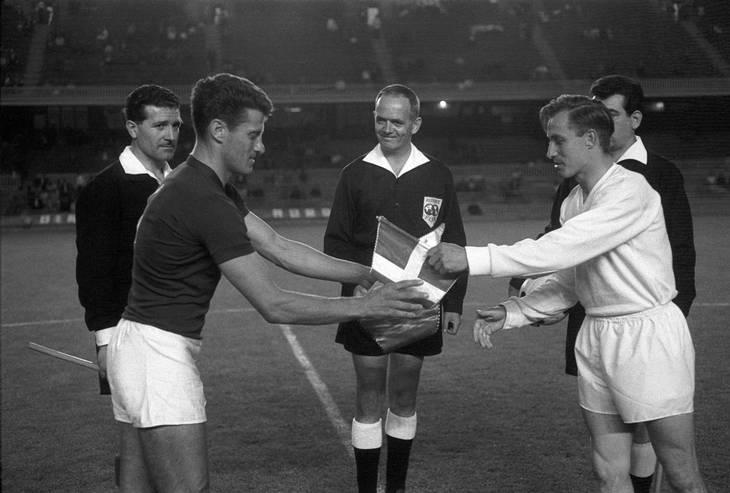 De to anførere, Ungarns Ferenc Sipos og Ole Madsen udveksler vimpler før bronzekampen på Camp Nou i Barcelona. Per Pedersen