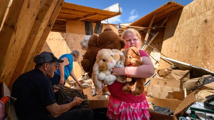 Niårige Keeley Frank finder nogle af sine tøjdyr i ruinerne. Foto: AFP