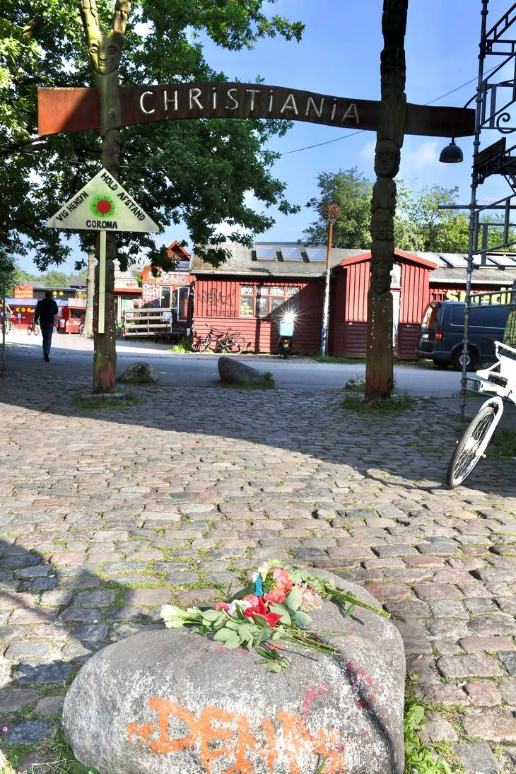 Tidligere på dagen blev der lagt blomster nær det sted, hvor en 22-årig mand i nat mistede livet. Privatfoto