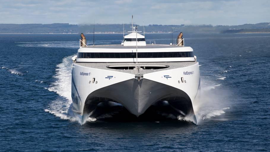 hvor hurtigt sejler en færge