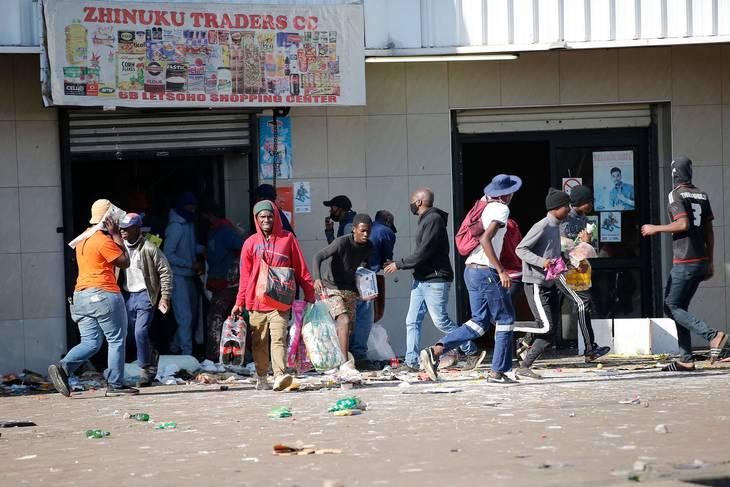 Beboere i Katlehong har plyndret både dagligvarer, hvidevarer og hvad end, de kunne komme i nærheden af. Foto: Phill Magakoe/AFP