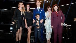 Cristiano Ronaldo med sin søn, mor, to søstre og sin kommende kone. Foto: AP