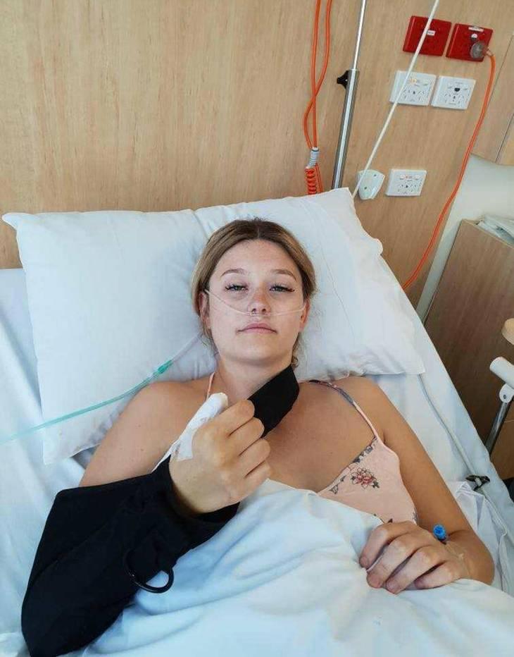 Här är Courtney på sjukhus i samband med en av hans operationer i tummen upp.  (Foto: Mercury Press)