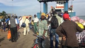 Folk forlader byen Banjul med færge. Også flere ekstra-fly er sat ind, så turister i Gambia kan blive evakueret. Foto: AP