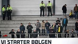 Der var ikke mange Brøndby-fans til at starte bølgen i Parken i søndagens derby mellem FCK og Brøndby. De fleste Brøndby-supportere havde nemlig valgt at boykotte opgøret. Et scenarie, der meget vel kan gentage sig i Superligaens slutspil, hvis ikke størstedelen af ligaens fanklubber får sig et nyt udebaneafsnit i Parken. Foto: DRESLING JENS/POLFOTO