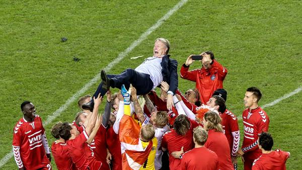 Landsholdet hylder Hareide. Foto: All over press.