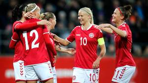 Pernille Harder - med anførerbindet - scorede to gange for Wolsburg i lørdagens tyske pokalfinale. Foto: Jens Dresling/Polfoto