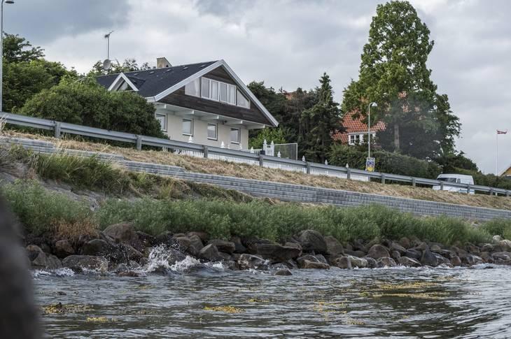 Michael Rosenvold bor i en stor villa i første række på Strandvejen. Foto: Per Rasmussen