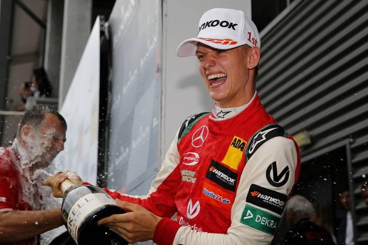 Mick Schumacher har drukket meget champagne på det seneste, hvor han har vundet igen og igen (Foto: Imago Sport)