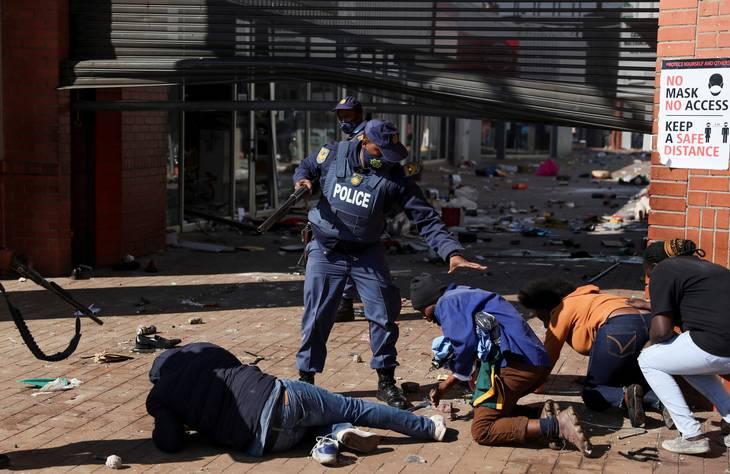 Politiet tilbageholde demonstranter i Katlehong i kølvandet på fængslingen af den sydafrikanske ekspræsident Jacob Zuma. Foto: Siphiwe Sibeko/Reuters