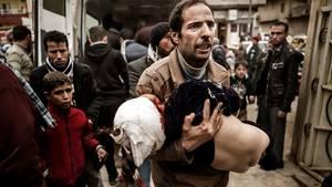 Mohammad har allerede mistet sin 12-årige søn. Her bærer han på sin tiårige datter Ghufran, og i ambulancen ligger hans datter, treårige Narin, hårdt såret... Foto: Rasmus Flindt Pedersen