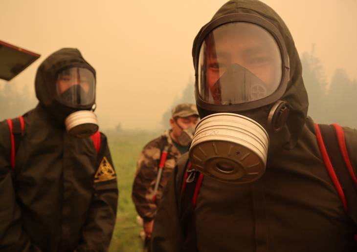 Lokale brandmænd har taget beskyttelsesudrustning på i Jakutien for at bekæmpe de store skovbrande. Foto: Roman Kutukov