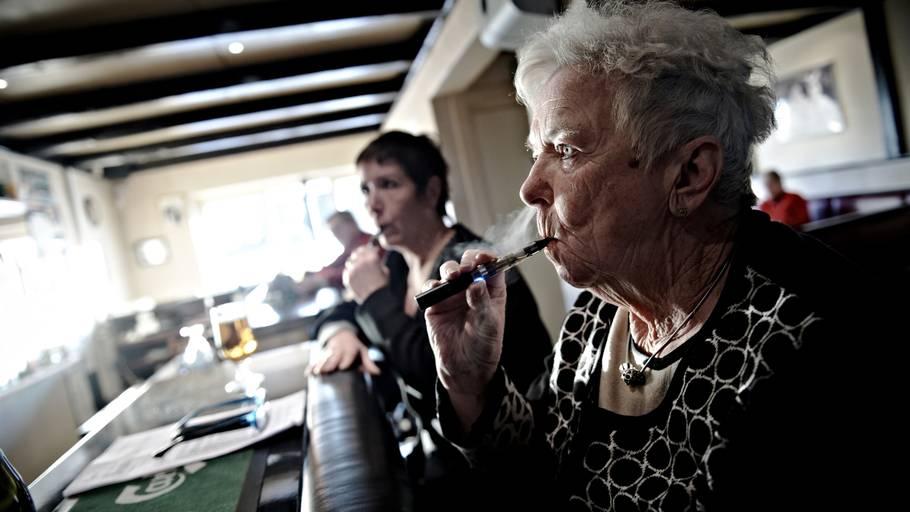 Skal det være lovligt at dampe e-cigaret på steder, hvor der er rygeforbud? Arkivfoto: Tariq Mikkel Khan