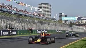 Lewis Hamilton kunne først komme forbi Max Verstappen, da Red Bull-køreren kørte i pit. Foto: All Over Press