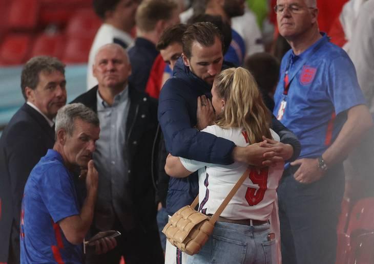 Harry Kane trøster sin kone, Katie. Foto: Carl Recine/Ritzau Scanpix