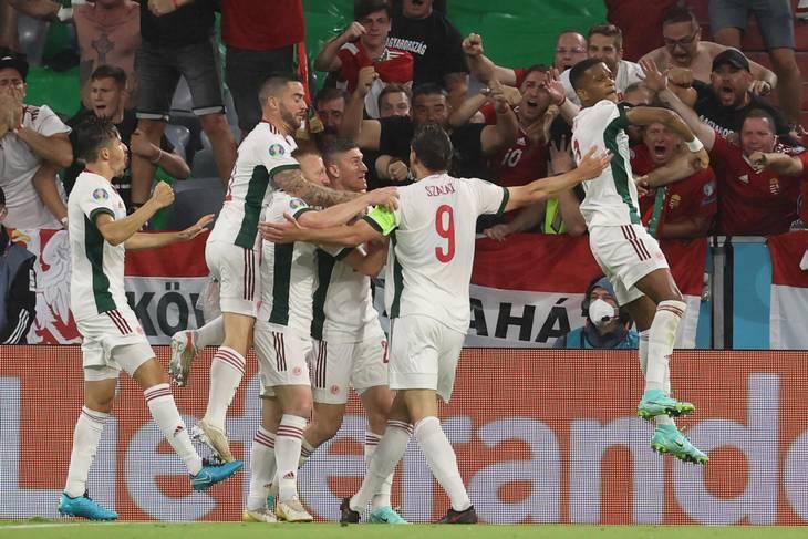 Adam Szalai har med et smukt hovedstød bragt Ungarn foran og modtager sine jublende holdkammerater. Foto: Alexander Hassenstein/AFP/Ritzau Scanpix