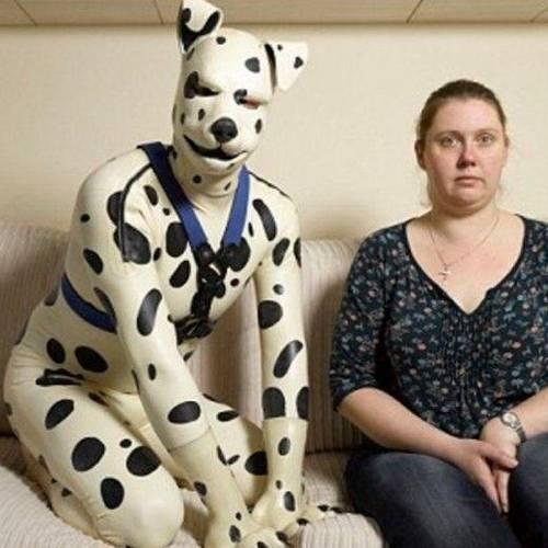 Tom klæder sig ud som hund: Eks-kæresten går stadig tur med ham
