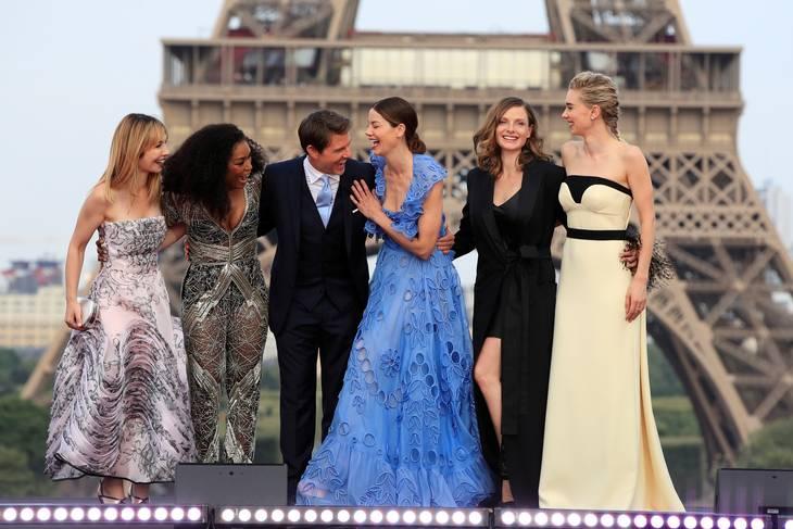 Tom Cruise omgivet af kvindelige medvirkende. Foto: Ritzau Scanpix