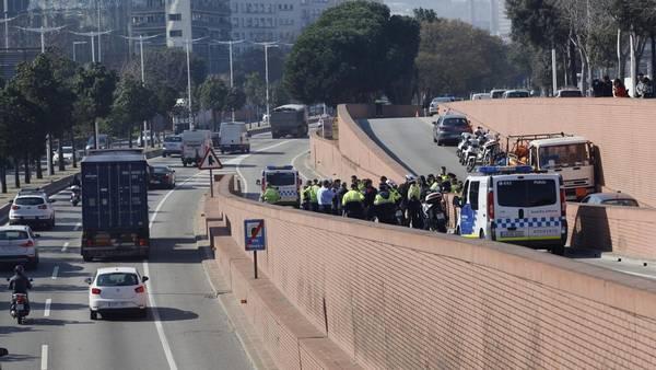 Her ses politiet ved siden af lastvognen, efter manden gav op. (EFE/Alejandro Garcia Crime)
