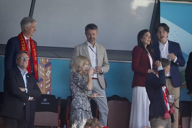 Skatteminister Morten Bødskov (længst tv.) til Danmarks EM-kamp mod Belgien, hvor DBU inviterede. Til den efterfølgende kamp mod Rusland blev Bødskov inviteret af Carlsberg. Foto: Jens Dresling