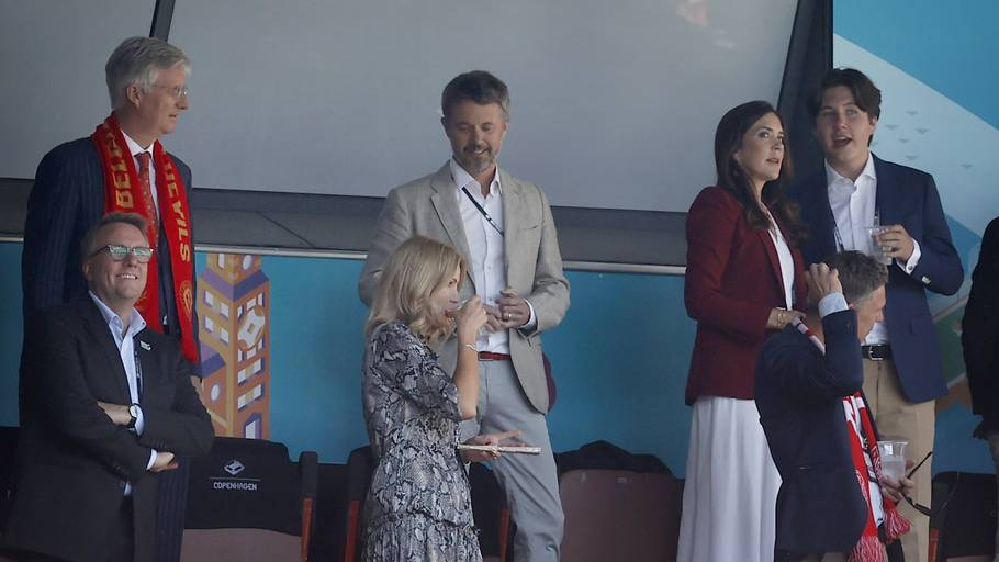 Kronprins Frederik og kronprinsesse Mary var også at finde på tribunen med prins Christian, da Danmark spillede mod Belgien. Foto: Jens Dresling