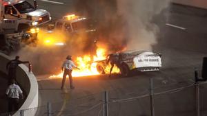 Heroisk far redder sin søn ud af brændende racerbil: Så bliver han straffet