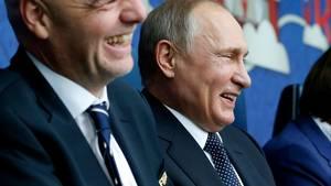 Putin fik det han ville have, VM.  Her fejrer han det under Confederations Cup sammen med FIFA's præsident, Gianni Infantino. Foto: AP