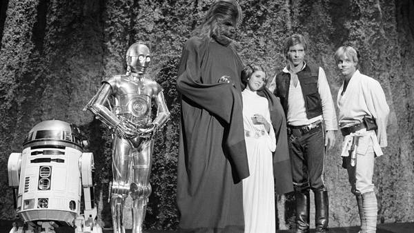 Kenny Baker (R2-D2), Anthony Daniels (3CPO), Peter Mayhew, Carrie Fisher, Harrison Ford og Mark Hamill fotograferet i 1978. Foto: Ritzau Scanpix