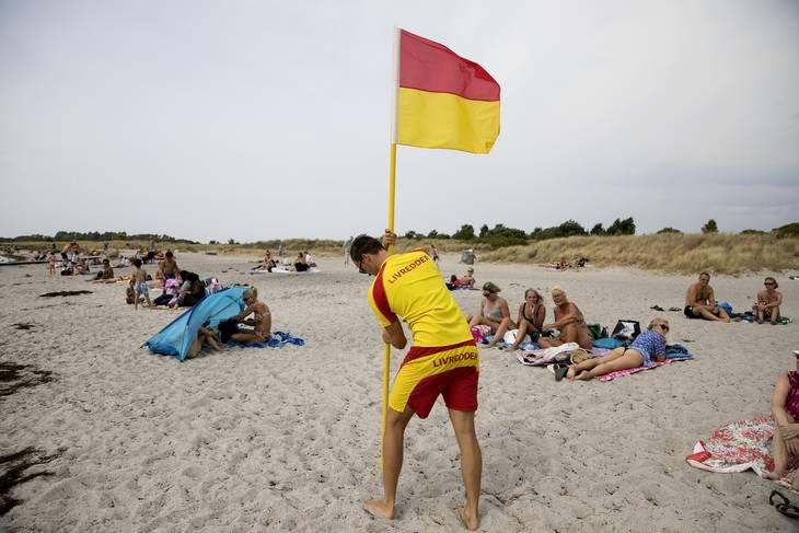 Det var en meget varm og tør sommer i Danmark i 2018. Her arbejder  livredderHannibal Steenfos den sommer med at råde og vejlede badegæsterne. Foto Finn Frandsen/Polfoto