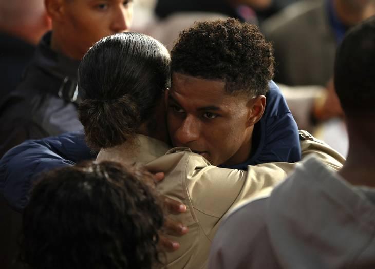 Marcus Rashford trøstes af et familiemedlem efter den tabte finale. Foto: John Sibley/Ritzau Scanpix