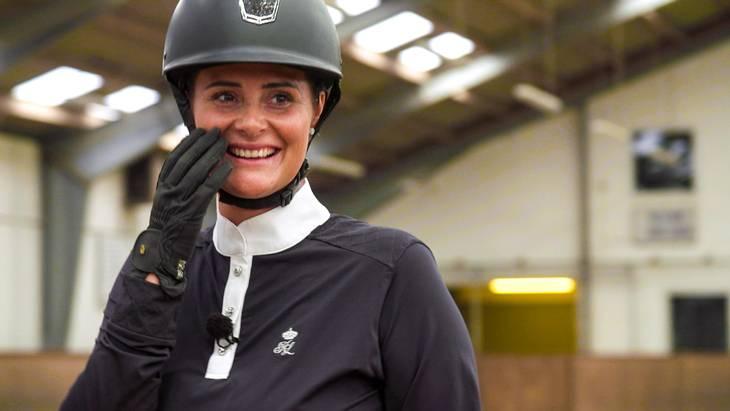 Michelle deler glæden for ridesport med den ene af sine to bonusbørn. Foto: BLU/TV 2
