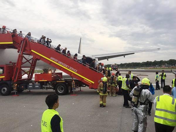 Passagerne måtte evakueres efter branden (Foto: AP)