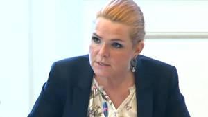 Støjbergs 'spinner' sig ud af kritikken om asylpar, mener oppositionen.