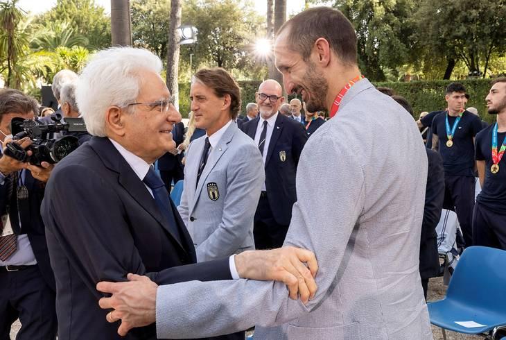 Præsident Sergio Mattarella taler med anfører Giorgio Chiellini. Foto: Paolo Giandotti/Presidential Palace/Ritzau Scanpix
