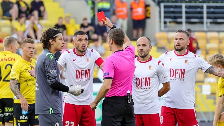 Dommeren kunne notere hele tre spillere, der blev udvist i kampen mellem Elfsborg og FC Milsami Orhai. Foto: Adam Ihse/Ritzau Scanpix.
