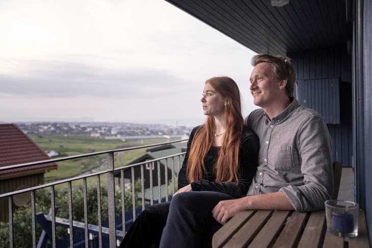 Ekstra Bladet møder parret i Sunnvás barndomshjem på Færøerne, hvor de lige nu er på sommerferie. Foto: Emil Agerskov