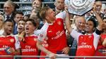 Per Mertesacker kan vinde sin tredje FA Cup-titel på fire år med Arsenal. Her ses han dog med kollegaerne, da de fejrede sejren i Community Shield i 2015. (Foto: AP)