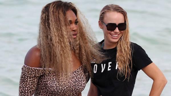 Serena og Caroline nyder stranden i Miami Foto: REX/Broadimage/All Over Press
