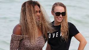 Serena og Caroline nyder stranden i Miami Foto: REX/Broadimage/All Over Press