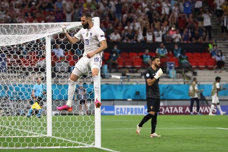 Benzema hænger triumferende i luften efter at have slået eftertrykkeligt hul på sit scoringstraume. Foto: Bernadett Szabo/AFP/Ritzau Scanpix