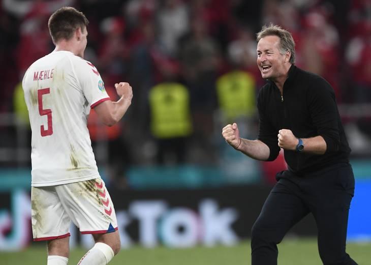 Joakim Mæhle og Kasper Hjulmand viser glæde og lettelse oven på pladsen i 1/8-finalen mod Wales efter det pres, spillerne har gennemlevet de seneste uger. Foto: Lars Poulsen.