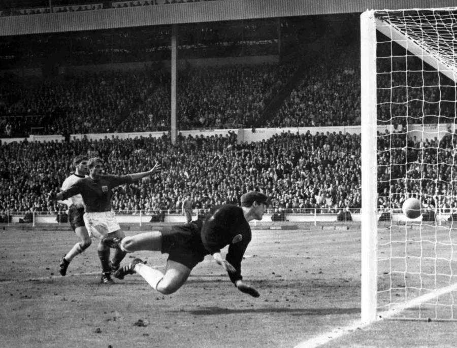 Geoff Hursts scoring under VM i 1966 var en af de mest omdiskuterede ved en slutrunde nogensinde.  Det var næppe blevet en større samtaleemne, hvis der havde været målteknologi. (Arkivfoto: AP