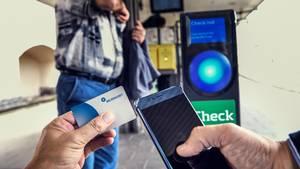 Indtil nu har du skulle bruge mobilen eller et papkort som periodekort. Nu kommer der et særligt digitalt rejsekort, du kan bruge som periodekort. Foto: Henning Hjort