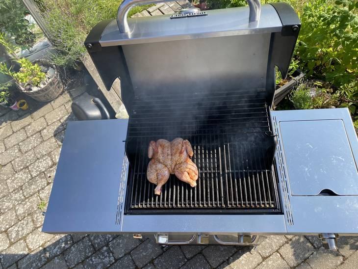 Der er ingen grund til at åbne for alle brænderne, da du kan komme langt med indirekte varme på din gasgrill. Foto: Ekstra Bladet