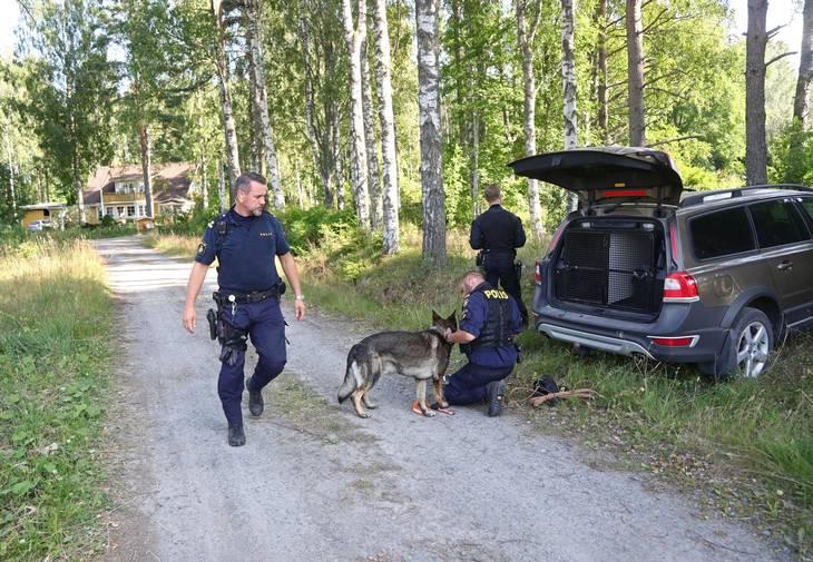 Det svenske politi har iværksat en massiv eftersøgning for at finde den 25-årige, der torsdag formiddag undslap en fangetransport. FOTO: Jeppe Gustafsson/TT /RITZAU SCANPIX