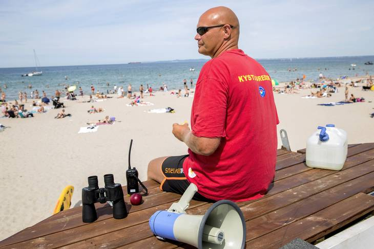 Livredder John Heine Mogensenpå arbejde på Hornbæk Strand i Nordsjælland. Foto Andreas Haubjerg/Polfoto