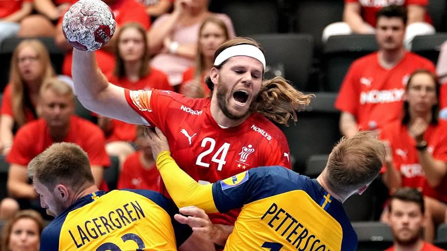 Mikkel Hansen stiger til vejrs i kampen mod Sverige forrige mandag. Danmark spillede gudskelov noget bedre mod Frankrig onsdag i Tokyo. Foto: Keld Navntoft/Ritzau Scanpix