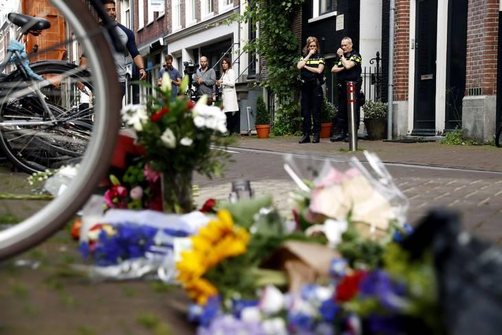 Blomster, lys og beskeder på stedet hvor Peter R. De vries blev skudt i Amsterdam. Foto: Koen Van Weel/Ritzau Scanpix